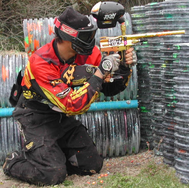 Eric, attaquant du Team Paintball78 en pleine action sur le speedball de paintball 78 à l'automne 2014