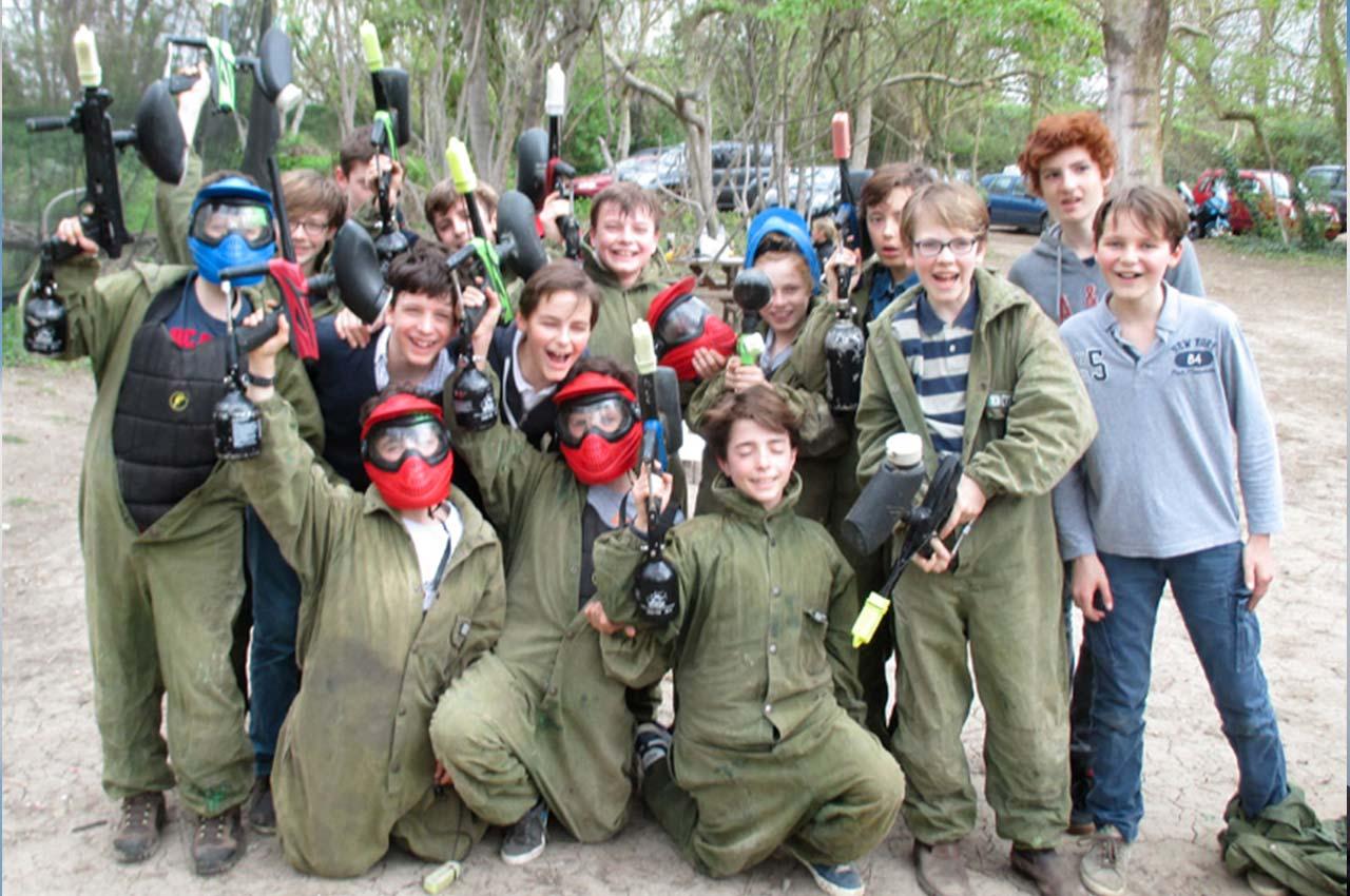 Groupe d'enfants prêts pour une partie de paintball pour un anniversaire